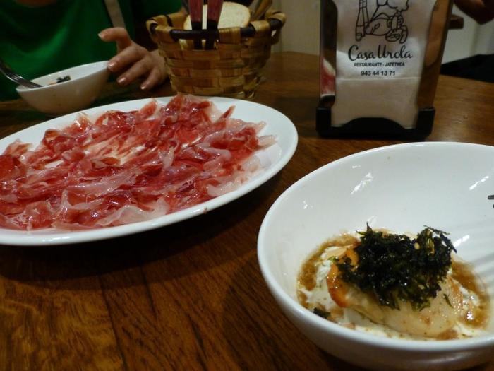 『カサ・ウローラ』は特に素材が良いことで知られています。モダンな創作料理以外にも、もちろん超定番の生ハムも美味!