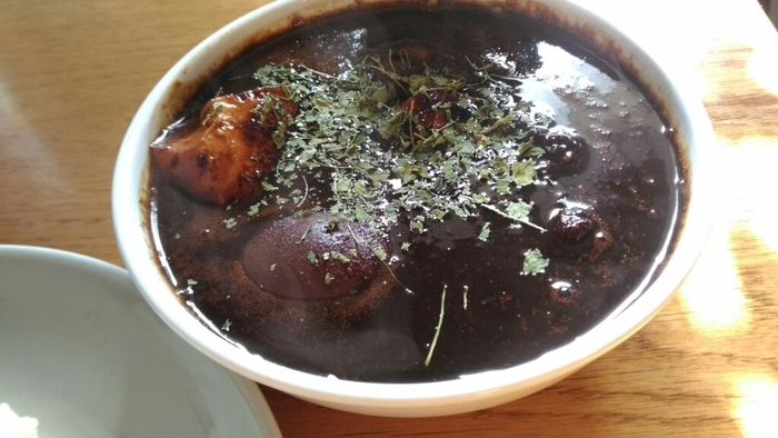 「煮干しカシミールカレー」は、煮干しラーメンからインスピレーションを受けて作られた一品。煮干しとチキンスープをブレンドしたカレーはうまみたっぷり。独特の美味しさでクセになります!