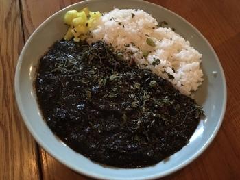 Asian Chopのオーナー直伝の「薬膳黒チョップカレー」は、煎りスパイスを使ったちょっとマニアックなカレーです。スパイスの苦さとうまみが口いっぱいに広がります。かなり好き嫌いが分かれるカレーなので、注文するときはご注意を!