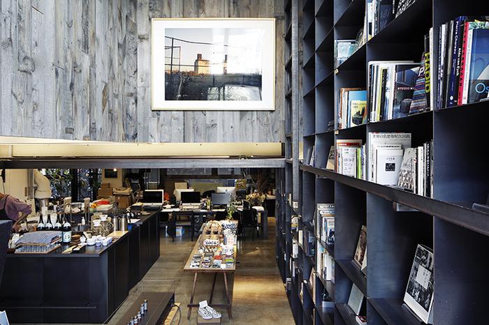 「社食堂」に足を踏み入れると、まず目に入るのは天井まで伸びる本棚。建築事務所だけに、とても洗練された内装ですね。