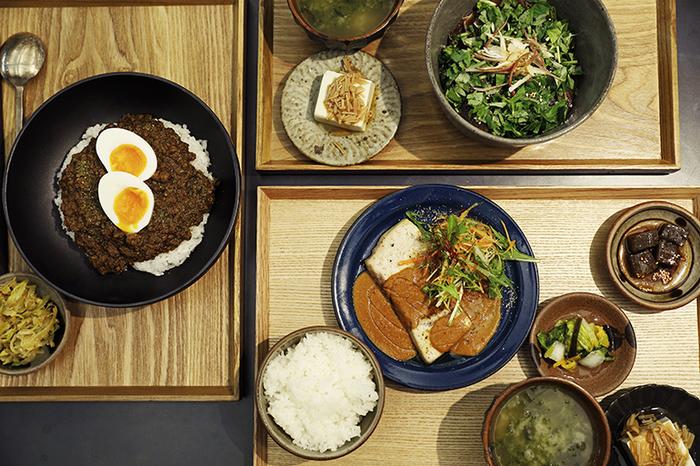 「社食堂」でいただけるメニューの一例がこちらです。社員食堂らしい日替わり定食のほかに、社名が冠された「サポーズカレー」、薬味たっぷりの海鮮丼などが。