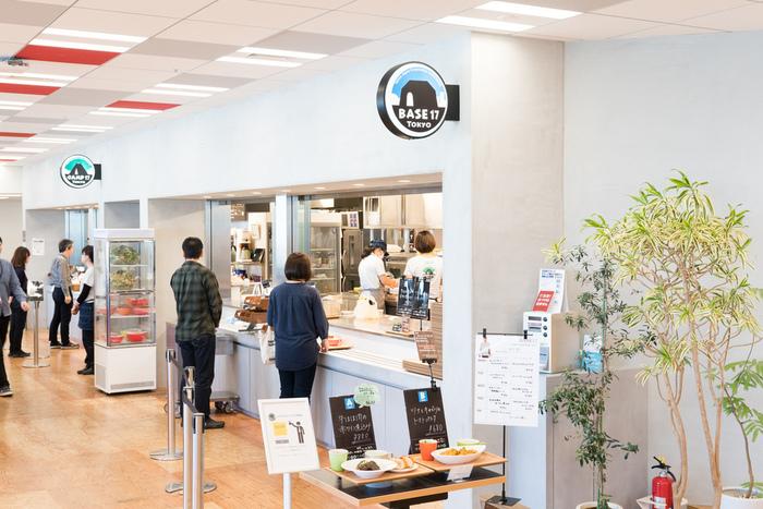 検索サービスの「Yahoo!JAPAN」でおなじみのヤフー株式会社。地下鉄永田町駅直結の東京ガーデンテラス紀尾井町内に本社があります。社内レストランの「BASE17」は一般の方も利用可能。同じく一般に向けて開放されたコワーキングスペース「LODGE」もあります。