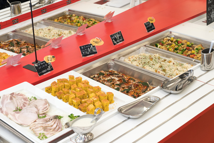 プレートランチ以外に、「2円/g」という価格設定の「グラムビュッフェ」も。毎週火曜日と木曜日は「ワールドカフェ」となり、世界各国のおいしい料理を体験できるのだとか。