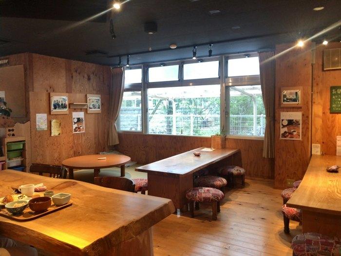 店内は広く、子ども連れに便利な畳敷きのスペースも。地域の方々にも向けて、開かれた食堂であることが伝わりますね。