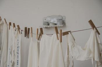 洗濯物が臭う場合の主な原因は、落としきれなかった皮脂汚れや、繊維に繁殖したカビ・雑菌です。乾燥に時間がかかることでカビが繁殖してニオイが出やすくなります。