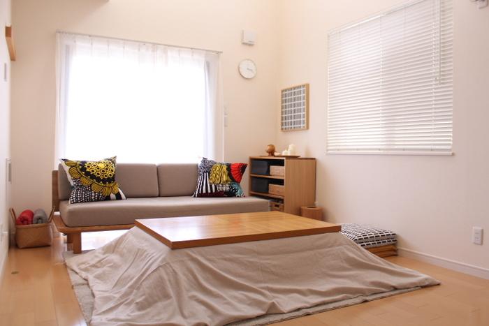布製のカーテンとブラインドを両方使ったインテリアです。窓の角度によって光の入り方が違うので、使い分けるのがおすすめです。