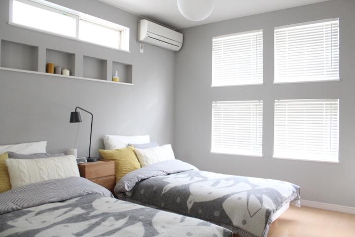 壁に窓が4つ並んだおしゃれな部屋。ブラインドがぴたりと収まっていて、すっきりとした壁になっています。