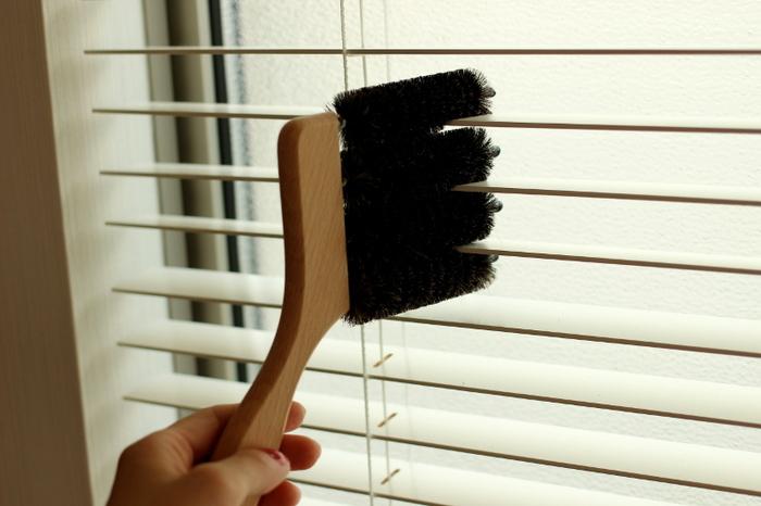 ブラインドに差し込んで滑らせるだけで、一度に3枚分の掃除ができるブラインドブラシ。ブラインドカーテンを使っているなら一つは持っておきたいアイテムです。