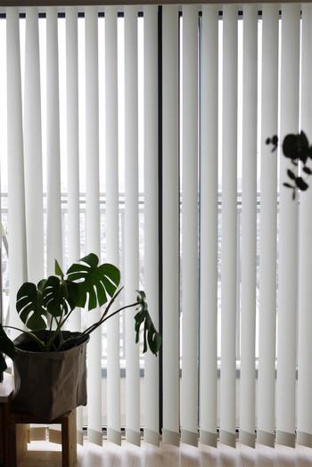 すっきりした印象の縦型のブラインドカーテン。ベランダなど、普段よく出入りする窓につけるのにおすすめです。