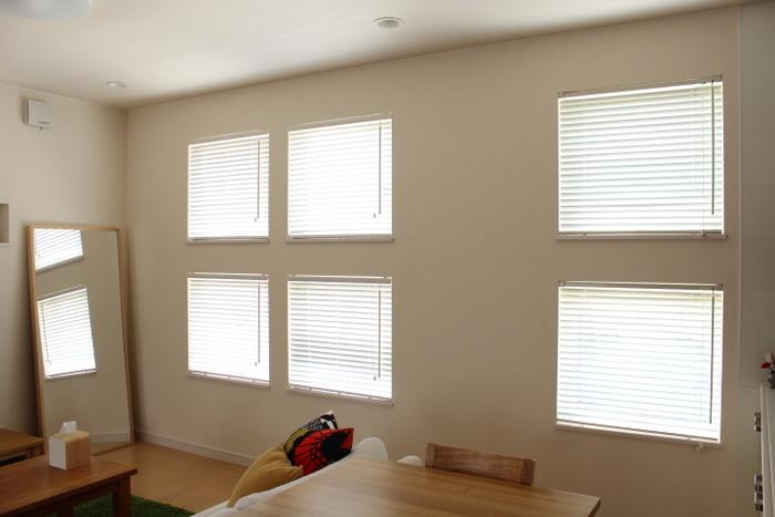小窓や寝室の窓など、採光を簡単に調節したい場所には横型のブラインドがおすすめです。