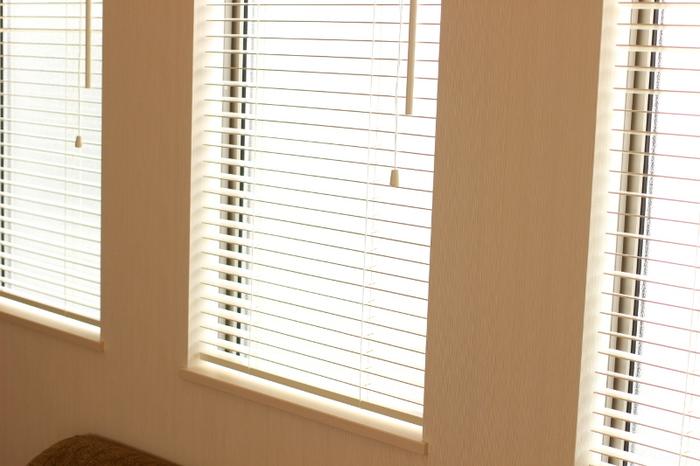 ブラインドはスラット(板)の角度を変えられるので、ブラインド自体を開け閉めしなくても光を取り入れられるのがメリットです。