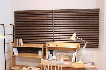 木製のブラインドカーテンなら、ナチュラルで暖かみのある雰囲気。どんな部屋にも合わせやすいですよ。