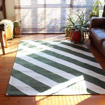 すっきりとしておしゃれなブラインドカーテン。自宅のリビングや寝室、小窓をブラインドにできたら素敵ですよね。