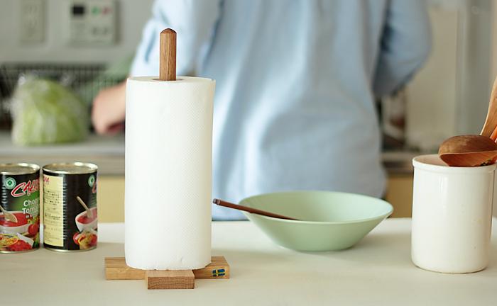 スウェーデンの会社で作られたオーク材のキッチンペーパーホルダーは、木の質感が温もりある。ナチュラルでシンプルだから、どんなキッチンにも似合います。