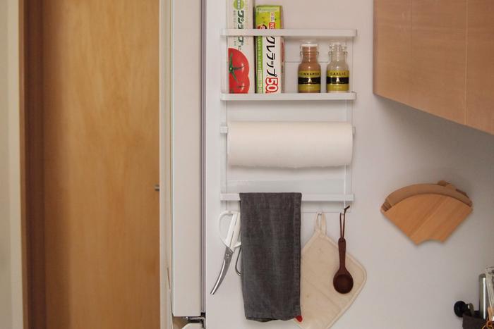 キッチンペーパーだけじゃなく、ラップやタオルなどキッチンで必要なアイテムを収納できるアイテム。これ一台でスッキリが叶います。