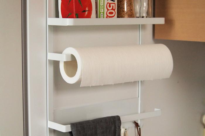 キッチンペーパーは横からスッと入れて収納。背面はマグネットになっているので、冷蔵庫に取り付けて使うのが◎。
