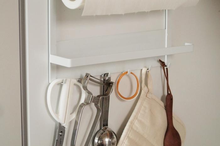 フックがあるので、キッチンハサミやグローブなどを吊り下げて収納可能。サッと取り出したいアイテムたちの定位置になりそうです。