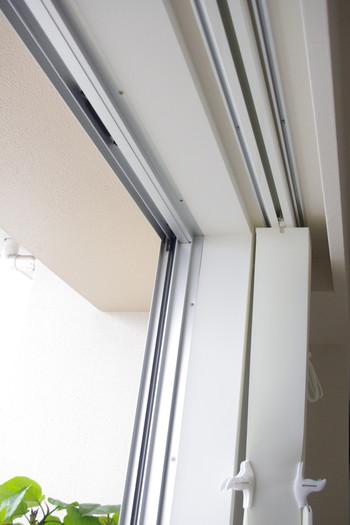 賃貸ではブラインドを取り付けるのが難しいというイメージがありますよね。でも、カーテンレールに取り付けられるものや、窓枠に突っ張る形で取り付けられるものなど、穴を開ける必要がなく賃貸でもOKのブラインドがありますよ。