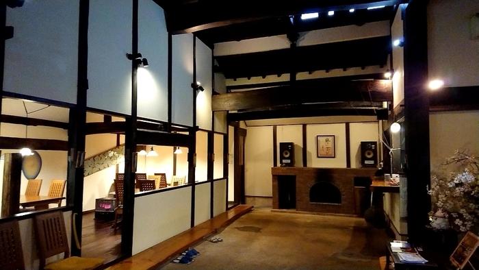 白壁と木が印象的な和モダンな店内にはジャズが流れ、ゆったりと穏やかな時間を過ごすことができますよ。