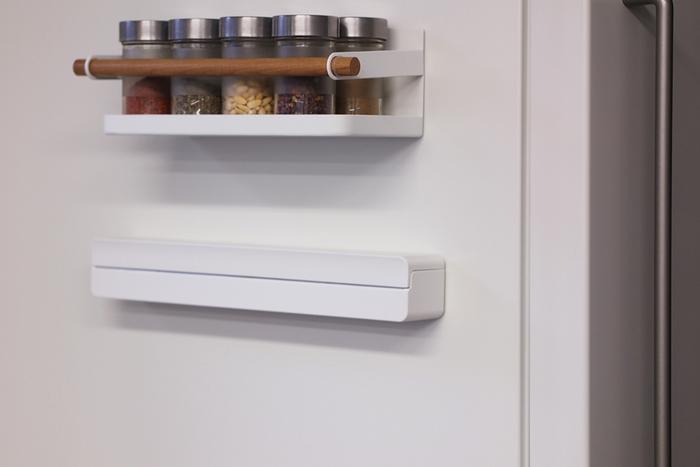 サランラップもスッキリとおしゃれに収納したいなら、こちらのケース。いつも使っているラップを入れ替えれば、ピタッと冷蔵庫に付けることができちゃいます。