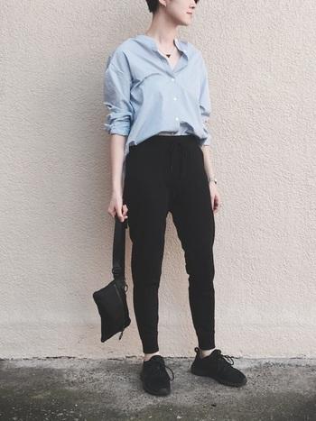 シャツ以外のアイテムを黒でまとめてヘルシーな装いに。とろんとした素材のシャツが女性らしさを醸し出します。