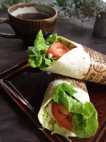 トルティーヤにはお野菜とサラダチキンでヘルシーなライトミールの完成です。くるりと巻いて、ワンハンドで食べられるので忙しいランチタイムが有効に活用できそう。