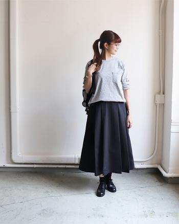 ゆったりとした身頃とすこし肩が落ちたデザインがとても今年らしいカットソーです。Aラインのスカートへと続くシルエットが美しいですね。