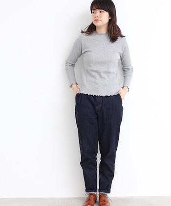 裾と襟が小さく波打ったデザインのロングTシャツは、一枚で着るのはもちろん、インナーとしても活躍してくれるアイテムです。シャツやワンピースの襟元からカワイイ襟がちらりと見えるのがお洒落です。