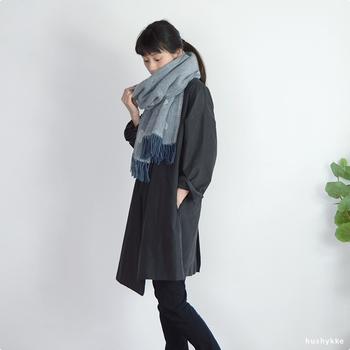 毎年買い足したくなるストール。今年は、メリノウールとラムウールで編み上げたこだわりのストールはいかがでしょう。とても軽やかな素材で、巻き心地も抜群。肩から羽織ったり、膝にかけて寒さ対策もできる万能アイテムです。