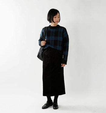 懐かしさのあるトラッドなチェック柄は、タイトスカートと合わせてスタイリング。セーターの裾を少しだけボトムスに挟めば、縦のラインが強調されてスタイルアップ効果も期待できますね。