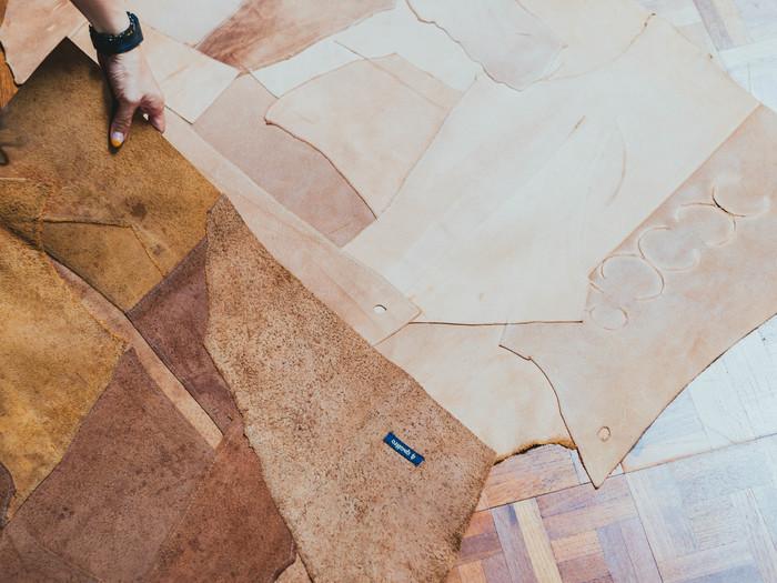 分厚く固い革を加工しやすくするため表の革をはいで残った部分は、つぎはぎのマットへ。髙下さんが見せてくれたのは自宅で5年使用し味がでてきたもの