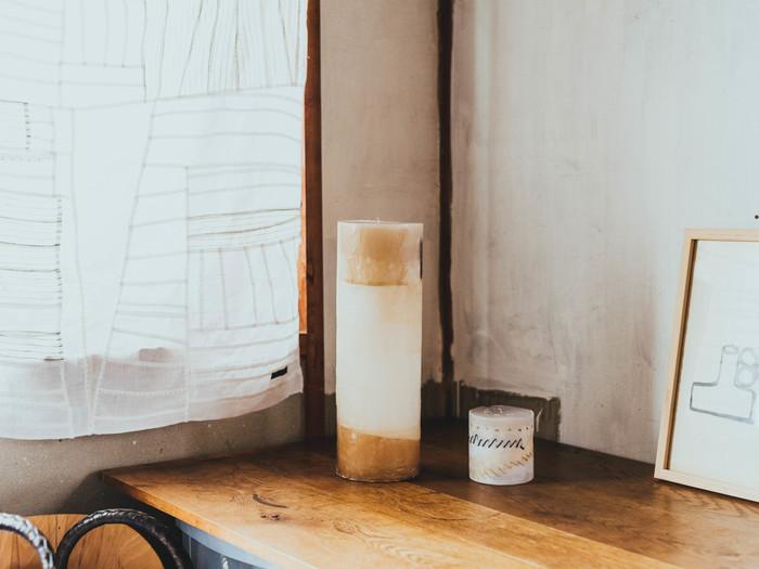さらには、制作で余った小さな布切れさえも素材や柄を楽しむキャンドルに。キャンドル作家「IRIS bougie(イリスブジー)」とのコラボ作品は、 火を灯すと、うっすら透ける様子が美しい