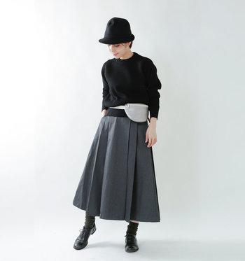 ブリティッシュウール100%のニット。弾力と肉厚感のあるざっくりニットなら、カジュアルにも綺麗めにもコーディネートできます。余裕のあるサイズ感を選べば、ウエストマークをしたり、裾をたるませてブラウジングしたりと様々な着こなしを楽しめます。