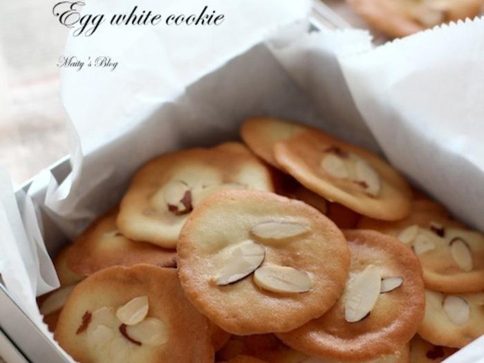 """卵白をベースにしたクッキー「チュイール」は、フランス語で""""瓦""""を意味します。スプーンで生地を広げて焼くのはドロップクッキーと同じですが、サクサク食感を出すために薄く広げるのがポイントです。"""