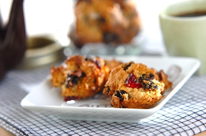 オートミールやドライフルーツなどを混ぜたザックリタイプのアメリカンクッキーは、コーヒーやミルクに添えて軽食代わりにもなりますね。柔らかめの生地をスプーンですくって落とすドロップクッキーなので、型がなくても手軽に作れます。