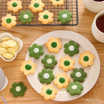 生地その物にフレーバーなどを混ぜて色や風味付けするレシピもあります。ココアを使った茶色のクッキーがお馴染みですが、抹茶を使っても。こちらは、花型クッキーの中心にチョコペンでデコレーションしています。