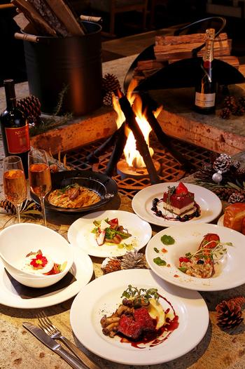 暖炉のある店としては、恵比寿にある同系列の「MERCER CAFE DANRO (マーサー カフェ ダンロ)」が2年先輩。   メニューは平日限定のリーズナブルなランチから夜はイタリアンのプリフィックスプランまで多彩。