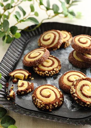 こちらはナッツをまぶしたアレンジレシピ。アイスボックスクッキーは生地の冷凍保存ができるので、時間がある時に生地を作っておき、食べたい時に欲しいだけカットして焼き立てを楽しむ事もできます。