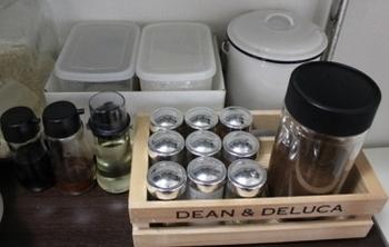 棚に置く場合は、中身が透けるPPケースより木箱などに入れるといいかもしれません。