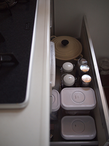シンク下引き出しの油類なども、片手で開けられる容器に変えれば使い勝手がグンとアップ。砂糖や塩などを入れる容器はOXO(オクソ)のポップアップコンテナも重ねて収納できるうえ、片手で開けられおすすめ!