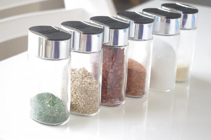 ニトリのスパイスボトルは、開口が大小と2WAY仕様。少量ずつ使いたいものと、トウガラシなど大きなものとで、同じボトルにできると便利ですね。