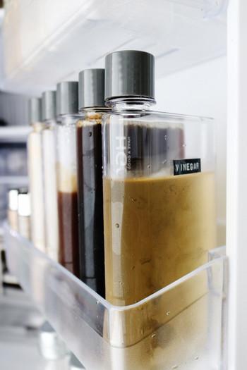 薄型で冷蔵庫での液体調味料保存に大活躍なのは、ダイソーのスリムボトル。すっきりたくさん収納できます!
