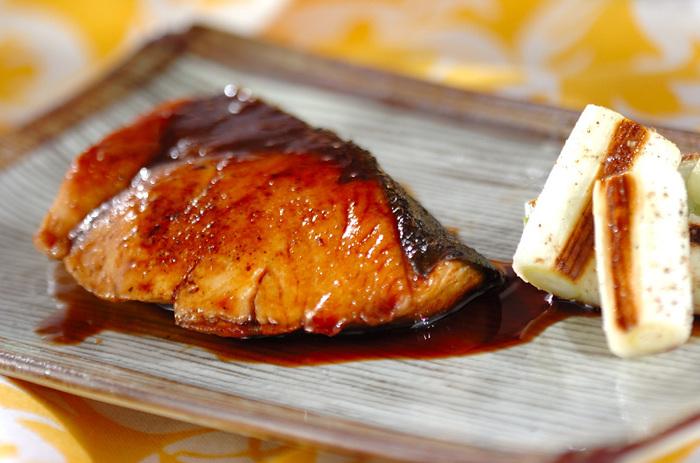 砂糖・酒・みりん、3つの比率は一般的な煮物と同じですが、照り焼きの場合はあらかじめ調味料を合わせておくのがポイント。醤油と一緒によく煮詰めることで、しょっぱさや甘みの角がとれていきます。鶏の照り焼きも同様の配合でOK。