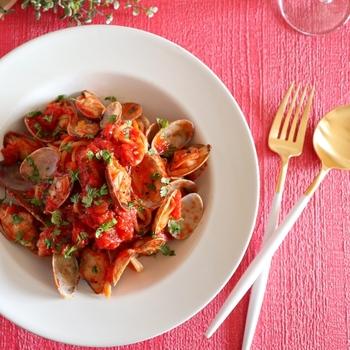 トマトの酸味が、アサリのうま味を引き立てます。ボンゴレロッソは見た目も華やかな、おもてなし料理にぴったりです。