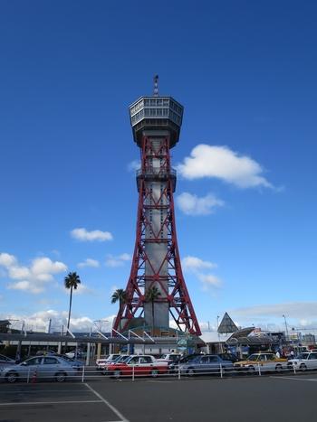 昭和39年に建てられた「博多ポートタワー」は、東京タワーを手掛けた内藤多仲氏がデザインしたことで知られています。福岡タワーの方が有名なので、実は意外と空いている穴場スポット。博多駅からバスに乗って行きましょう!