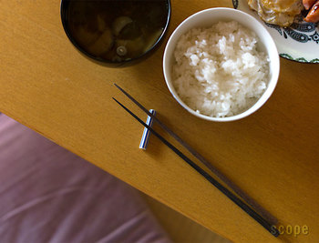 黒檀は自然な風合いにより、真っ黒なものから青っぽいものまでさまざま。こちらのお箸なら、僅かに色の違うお箸の中から気に入ったものを選ぶことができます。シンプルで上質、長く愛用していきたいお箸です。