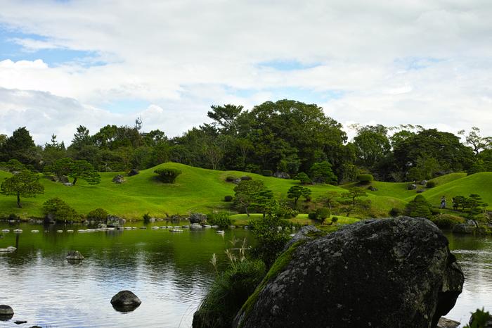 1636年に細川忠利が水前寺御茶屋を置いたことが水前寺成趣園のはじまりと言われています。その後、泉水などが作られて、現在の桃山式回遊庭園ができました。東海道五十三次の景勝を模したとされており、日本庭園の美しさを改めて感じられる場所です。街中にあるとは思えない穏やかな時間が流れる園内で、四季折々の魅力を感じてみましょう。