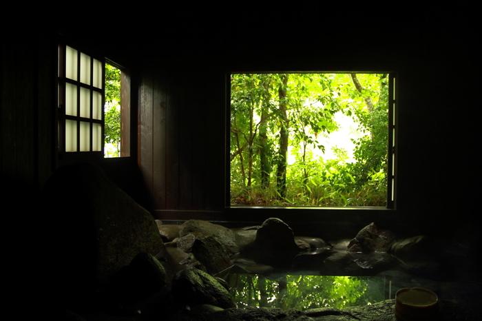 「露天風呂めぐり入船手形」を購入すると、黒川温泉の旅館28ヶ所から好きな温泉に3ヶ所入ることができます。とってもお得なので、温泉巡りをする際は利用しましょう!旅館以外に食べ歩きグルメもあるので、情緒溢れる温泉街を散策してみませんか?