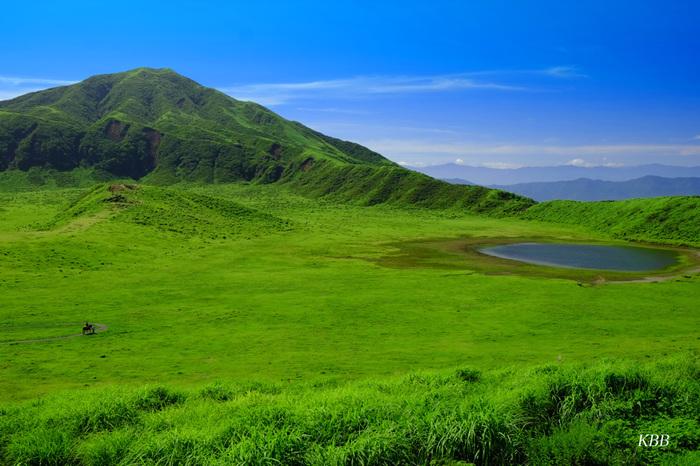 阿蘇を代表する観光地「草千里ヶ浜」は、阿蘇駅からバスで30分の場所にあります。鳥帽子岳の中腹に直径約1kmの広大な草原が広がっています。その美しい風景は、まるで絵葉書のよう。中央には丘と池があり、放牧馬が水を飲んでいる姿はのどかな阿蘇ならでは。草原を歩いて、阿蘇の大自然を感じてみませんか?
