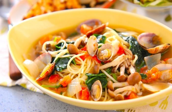 ほうれん草など、たっぷりの野菜を楽しめるボンゴレパスタです。固形スープの素を使うので、味わいの調整も簡単です。